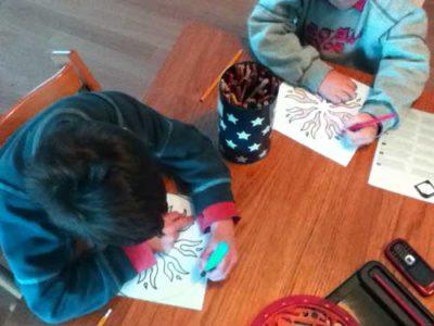 bambini che disegnano, colorano un mandala